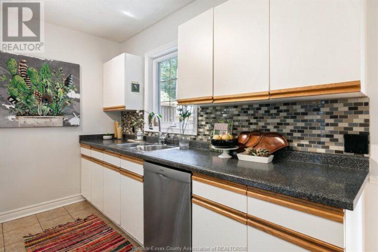 Image nr 21 for listing 2377 HALL, Windsor