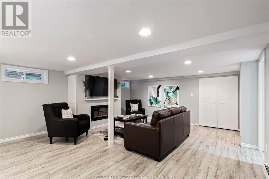 Image nr 32 for listing 2377 HALL, Windsor