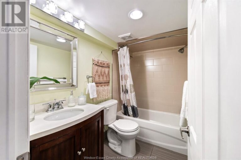 Image nr 37 for listing 2377 HALL, Windsor